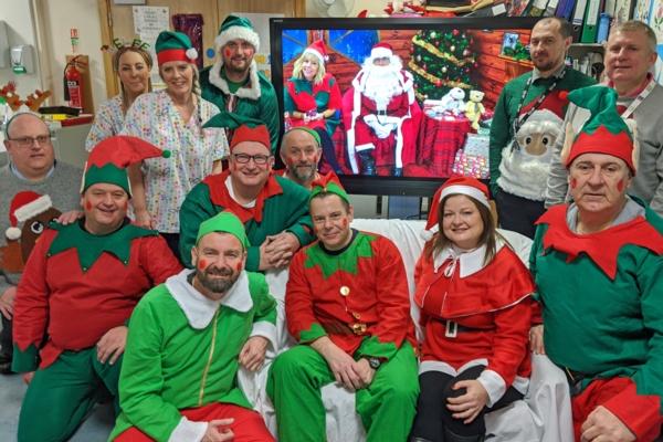 Mae aelodau staff o adran TG Bae Abertawe a CISCO yn gwisgo i fyny fel corachod ar gyfer y digwyddiad 'Connected Santa'.