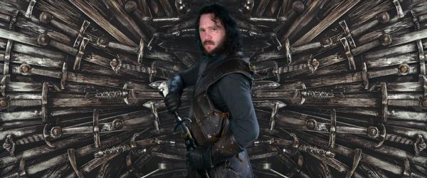 Delwedd o ddynwaredwr Game of Thrones Jon Snow yn sefyll o flaen yr orsedd haearn