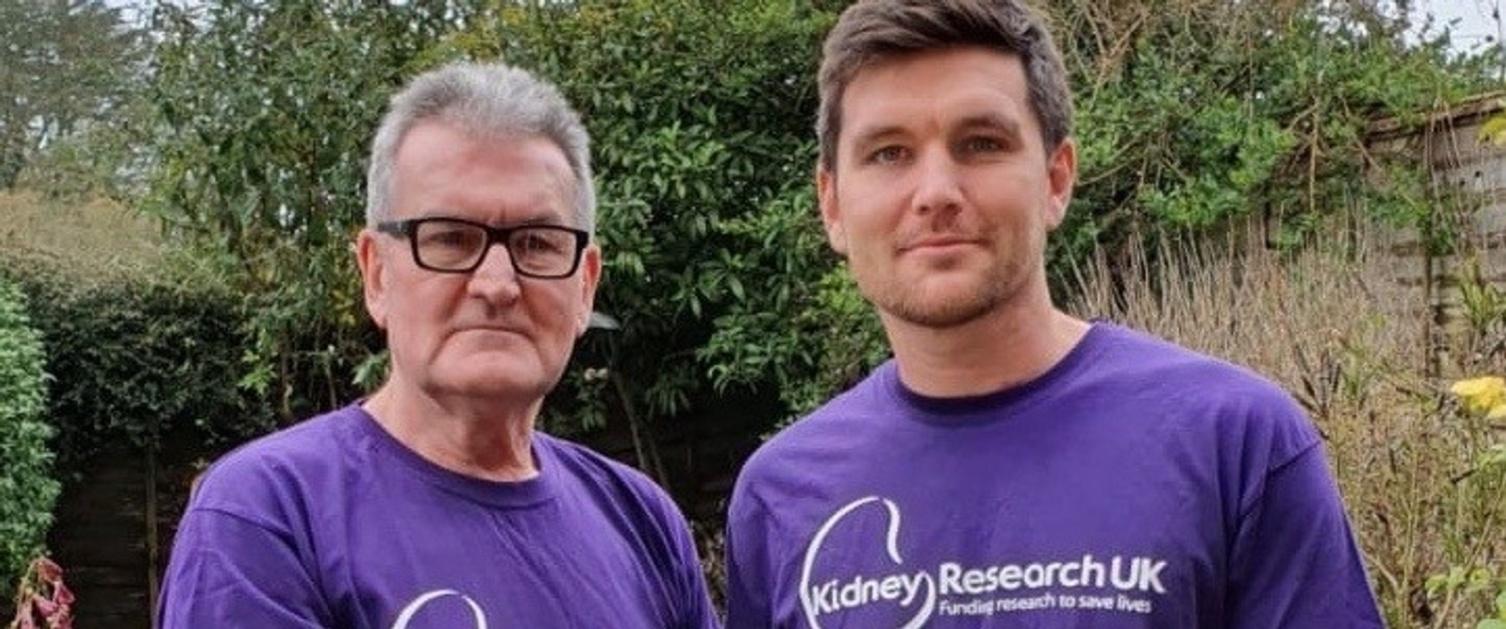 Geoff Walker, cydlynydd gweithgareddau yng Nghlinig Caswell gyda'i fab Andy, yn gwisgo crysau-t porffor Kidney Research UK.