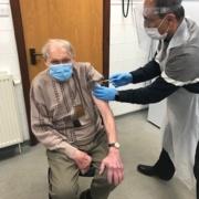 Rhythwyn Evans, 91 oed, yn torchi ei lawes unwaith eto ar gyfer y Gwasanaeth Iechyd a'i gymuned