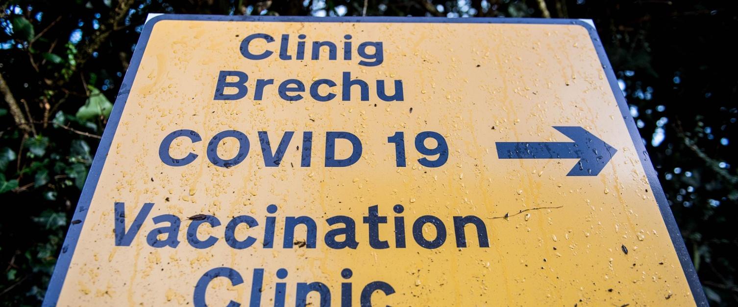Arwydd clinig brechu COVID-19